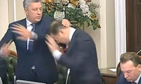 Άγριο ξύλο στην ουκρανική βουλή - Μπουνιές και σπρωξίματα! (video)