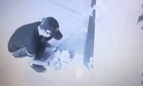 Η καλύτερη μέρα της ζωής του: Πήγε για ανάληψη και το ATM δεν σταματούσε να βγάζει λεφτά! (video)
