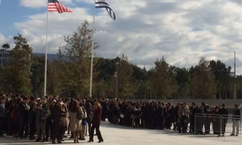 Επίσκεψη Ομπάμα στην Αθήνα: Ατελείωτες ουρές στο «Σταύρος Νιάρχος» για την ομιλία του (pics)