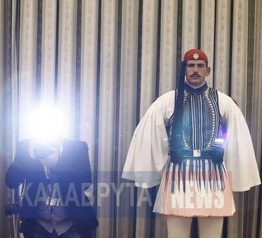 Επίσκεψη Ομπάμα: Αυτός είναι ο τσολιάς που «γονάτισε» το διαδίκτυο (pics)