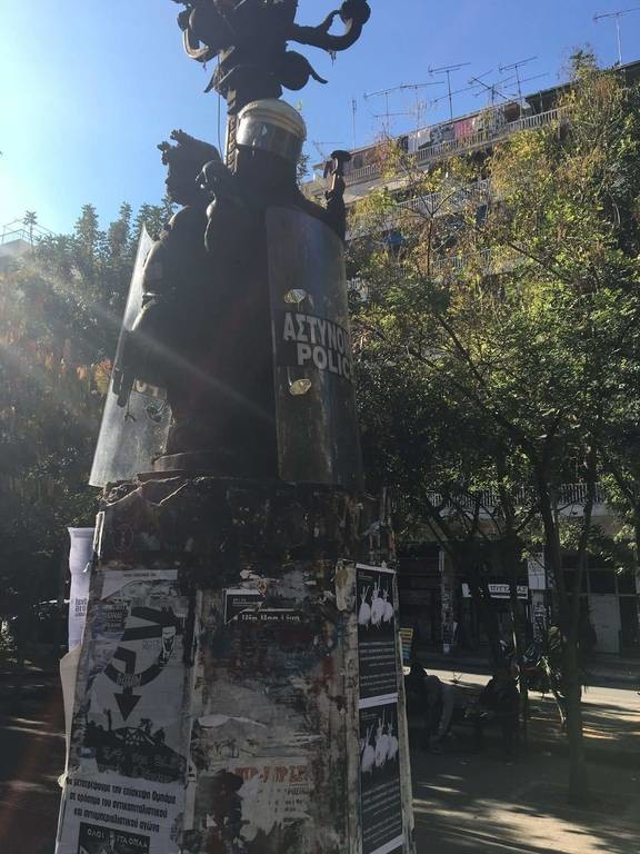 Πολυτεχνείο 1973: Διαδηλωτές άρπαξαν αστυνομικές ασπίδες και κράνη και στόλισαν άγαλμα στα Εξάρχεια