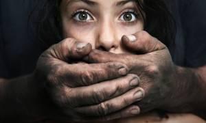 Εξοργιστικό! Ομαδικός βιασμός βρετανίδας τουρίστριας οδήγησε τη γυναίκα στη φυλακή για μοιχεία