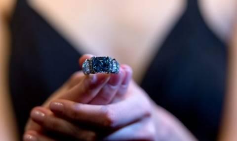Δείτε το εξαιρετικά σπάνιο μπλε διαμάντι που πωλήθηκε για 17 εκατομμύρια δολάρια (pics)