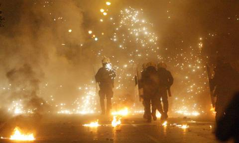 Πεδίο μαχών η Ελλάδα: Οι κουκουλοφόροι αμαύρωσαν την επέτειο του Πολυτεχνείου (pics+vids)
