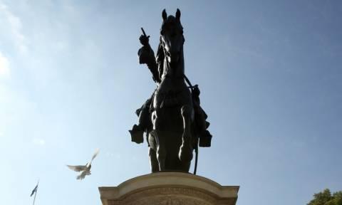 Οργή και θλίψη: Βανδάλισαν -και- το άγαλμα του Κολοκοτρώνη (pics)