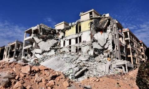 Βίντεο που συγκλονίζει: Διασώστες βγάζουν αγοράκι από τα ερείπια βομβαρδισμένου κτηρίου στο Χαλέπι