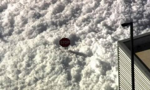 ΗΠΑ: Μια πόλη σκεπάστηκε από ένα λευκό στρώμα που δεν ήταν …χιόνι! (video&pics)