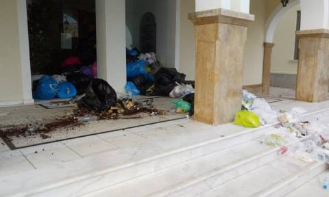 «Πνίγεται» η Ζάκυνθος από τα σκουπίδια: Επίθεση στο δημαρχείο με αυγά, πορτοκάλια και ντομάτες