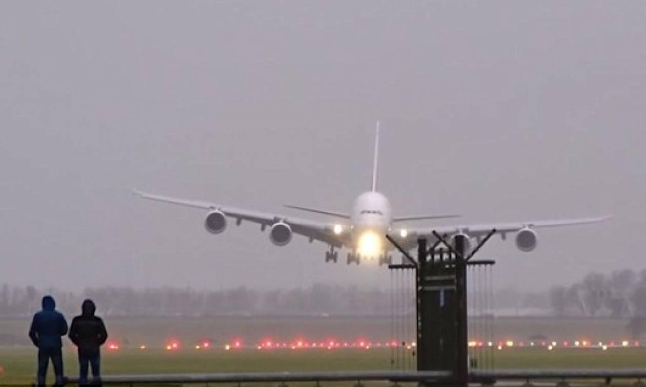 Δραματική προσγείωση αεροσκάφους εν μέσω θυελλωδών ανέμων! (vid)