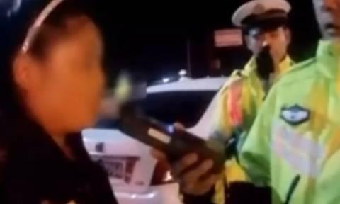 Την έπιασαν να οδηγεί μεθυσμένη και... γδύθηκε για διαμαρτυρία! (vid)