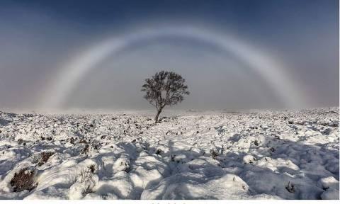 Δείτε το εξαιρετικά σπάνιο «λευκό ουράνιο τόξο» που έγινε viral (Pics)