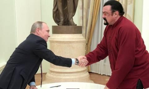 Δείτε τον Βλαντιμίρ Πούτιν να παραδίδει αυτοπροσώπως το νέο διαβατήριο στον Στίβεν Σιγκάλ (video)