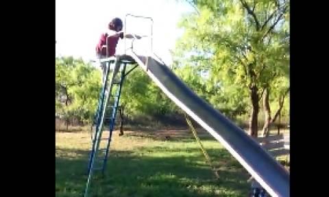 Epic Fail: Τι την ήθελε την τσουλήθρα η γιαγιάκα (video)