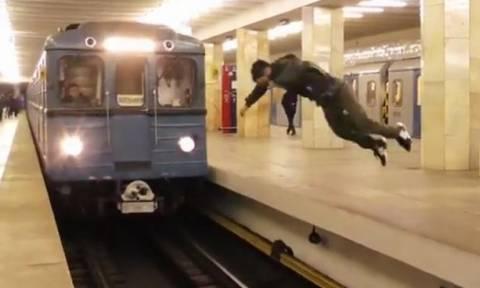 Βίντεο-Σοκ: Βουτιά «θανάτου» στις γραμμές του μετρό