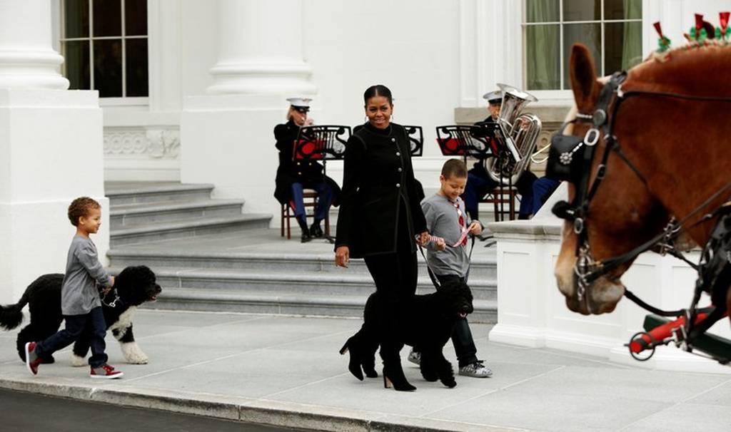 Χριστούγεννα 2016: Η Μισέλ Ομπάμα παρέλαβε για τελευταία φορά το δέντρο! (pics+vid)