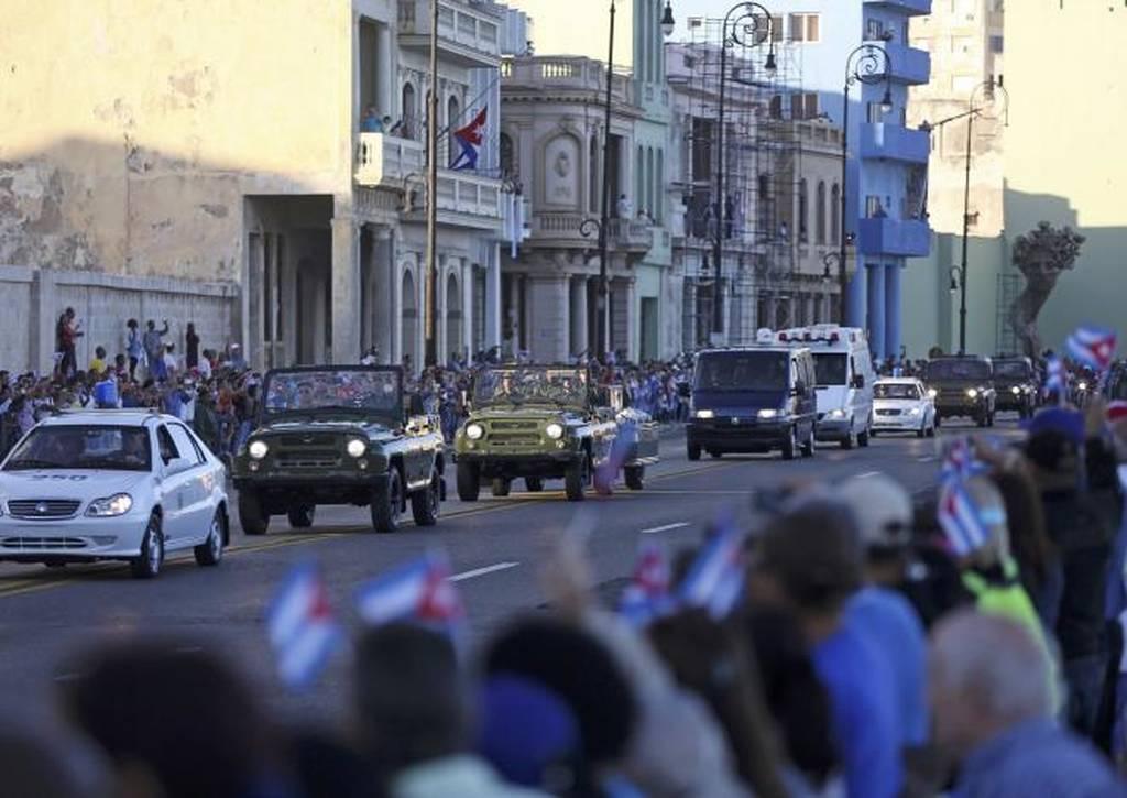 Ξεκίνησε η πομπή που μεταφέρει την τέφρα του Φιντέλ Κάστρο (pics+vid)