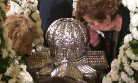 Πάτρα: Πλήθος κόσμου στον Άγιο Ανδρέα προσκυνούν την τίμια κάρα
