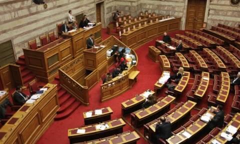 Χαμός στη Βουλή: Άρον άρον πήρε πίσω η κυβέρνηση τροπολογία
