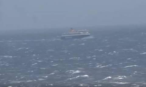 Καπετάνιος αντιμέτωπος με την μανία της θάλασσας έκανε το «παρκάρισμα» της χρονιάς (video)