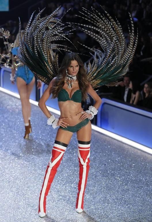 Γαλλία: «Άγγελοι» στην «κόλαση» της πασαρέλας της Victoria's Secret στο Παρίσι (Pics)