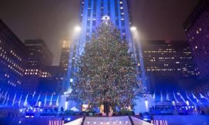 Εντυπωσιακές εικόνες: Φωταγωγήθηκε το διάσημο χριστουγενιάτικο δέντρο στο Rockefeller (pics+vid)