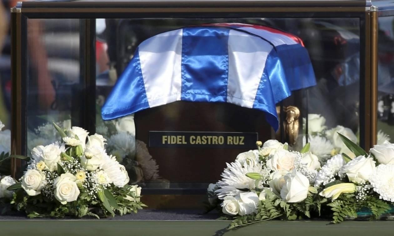 Η τέφρα του Κάστρο «συναντήθηκε» με τα λείψανα του Τσε Γκεβάρα (pics)