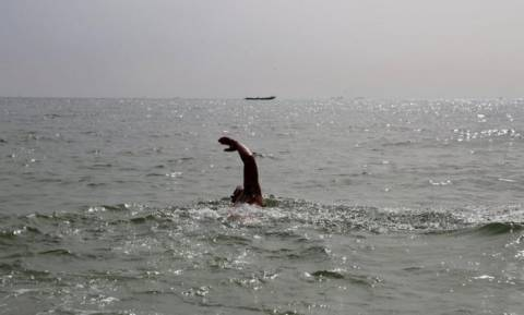 Διασχίζει τον Ατλαντικό κολυμπώντας με καρχαρίες και επικίνδυνες μέδουσες! (pics)