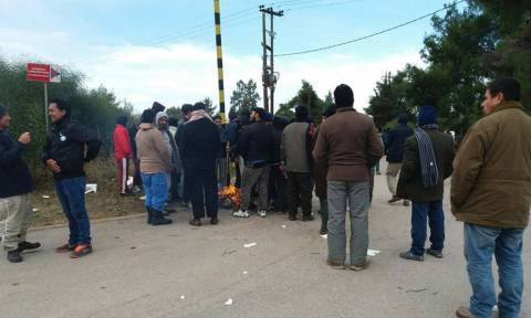 Refugees protest outside two camps as they remain unprotected in Greek frost