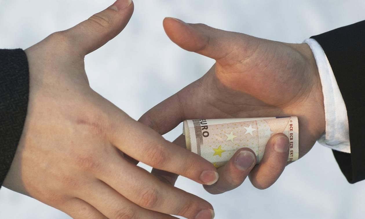 Αποκάλυψη Newsbomb.gr: Κατήργησαν το νόμο για το «μαύρο» πολιτικό χρήμα!
