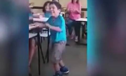 Θα δακρύσετε: Εξάχρονο παιδί περπατά ξανά μετά από παραλυσία και όλη η τάξη το αποθεώνει (video)