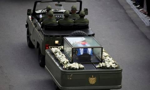 Η τέφρα του Φιντέλ Κάστρο στο Σαντιάγο ντε Κούβα για τον τελευταίο αποχαιρετισμό
