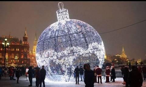 Η μεγαλύτερη χριστουγεννιάτικη μπάλα στολίζει τη Μόσχα