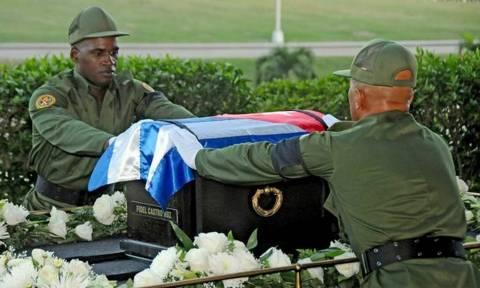 Κηδεία Φιντέλ Κάστρο: Δίπλα στον τάφο του Χοσέ Μαρτί αναπαύεται πλέον ο «Κομαντάντε»