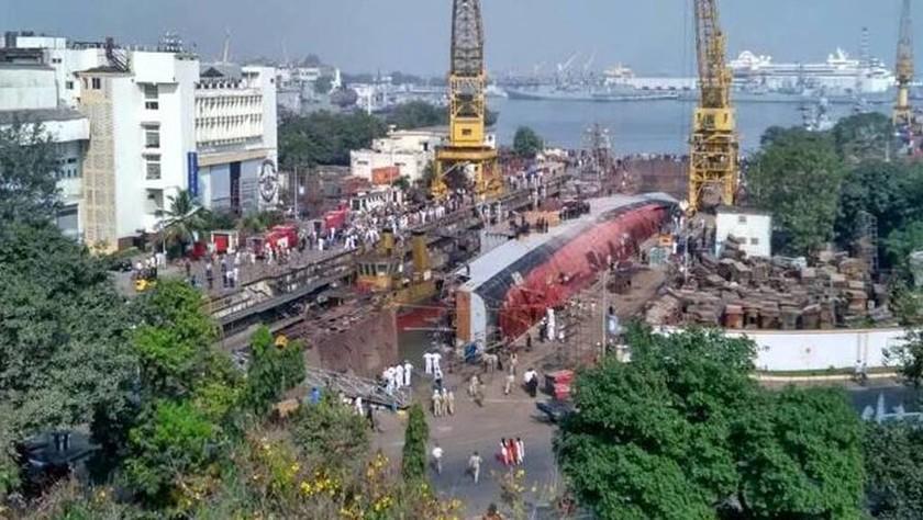 Τραγωδία σε ναυπηγείο: Ανατράπηκε πλοίο - Τουλάχιστον δύο νεκροί (pics)