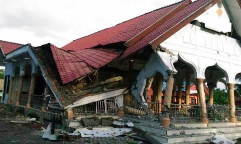 Σεισμός Σουμάτρα-Ινδονησία: Δεκάδες νεκροί και εκατοντάδες παγιδευμένοι στα συντρίμμια (Pics+Vids)
