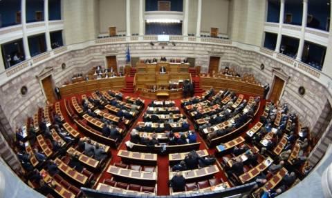 Ποιον υπουργό αποκάλεσαν στη Βουλή «Χάρι Πότερ με το κόκκινο σακίδιο»