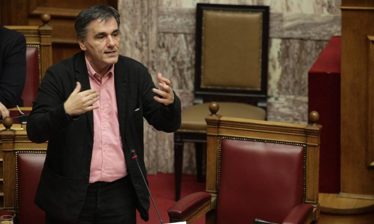 Σε πανικό ο Τσακαλώτος: Ζητά διακομματικό «όχι» στις πιέσεις για νέα μέτρα