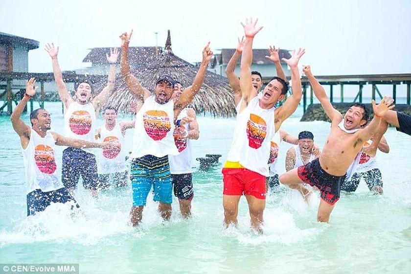 Το καλύτερο αφεντικό στον κόσμο: Πήγε τους εργαζόμενούς του διακοπές στις Μαλδίβες! (pics+vid)