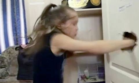 Δεν τα βάζεις μαζί της: 9χρονη μποξέρ σπάει με τις γροθιές την πόρτα του δωματίου της! (vid)