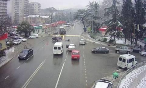 Απίστευτο τρακάρισμα: Ο οδηγός εκτοξεύτηκε και το αυτοκίνητο «πάρκαρε» (vid)