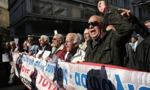 «Μαύρα» Χριστούγεννα για τους συνταξιούχους: Με υποσχέσεις θα κάνουν φέτος γιορτές;