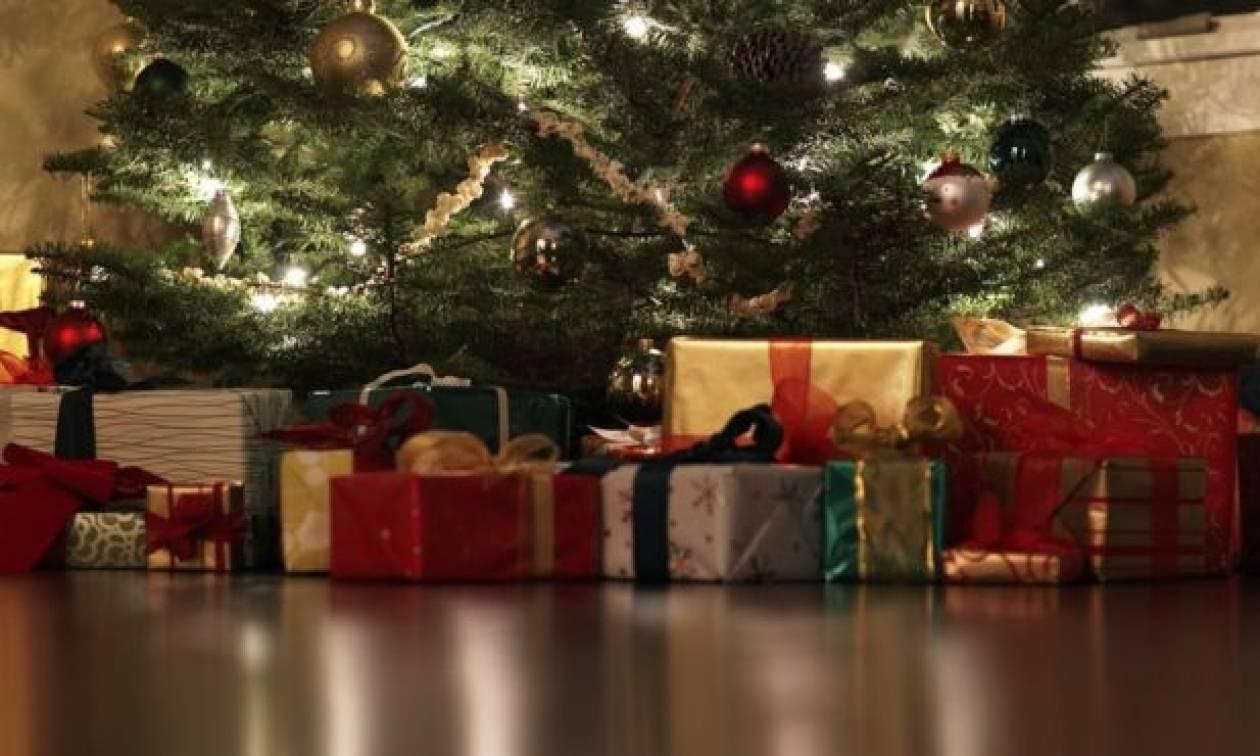 Σοκ: Η κρυφή κάμερα στο χριστουγεννιάτικο δέντρο αποκάλυψε την κακοποίηση της κόρης του