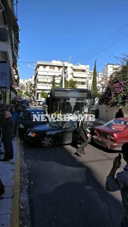 Συναγερμός στον Πειραιά - Σοβαρό τροχαίο με λεωφορείο - Δεν «έπιασαν» τα φρένα (pics)