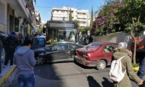 Συναγερμός στον Πειραιά - Σοβαρό τροχαίο με λεωφορείο  - Ακρωτηριάστηκε ηλικιωμένος (pics&vids)