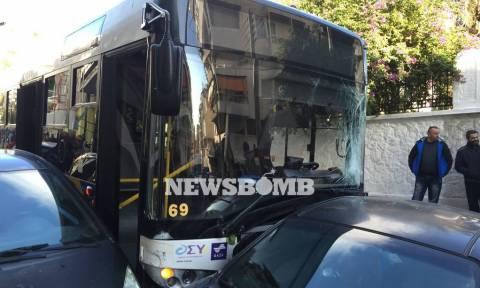 Τροχαίο στον Πειραιά: Δείτε εδώ την τρελή πορεία του λεωφορείου στα Μανιάτικα!