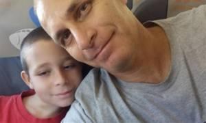 Πατέρας έπεσε με το γιο του στον γκρεμό. Δείτε τι συγκινητικό έκανε και ανατρίχιασε όλο τον πλανήτη
