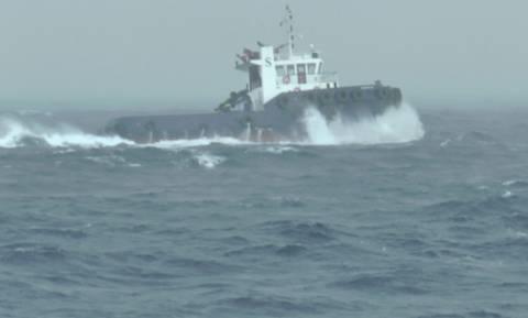 Εντυπωσιακό: Σκάφος «παλεύει» με τα κύματα στο Κρητικό πέλαγος (vid)