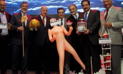Χιλή: Σάλος με τη φουσκωτή κούκλα που χάρισαν στον υπουργό Οικονομικών