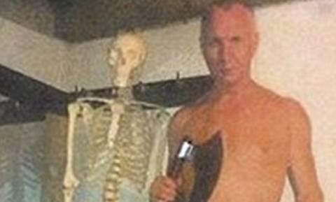 Φωτογραφία ΣΟΚ: Κανίβαλος ποζάρει γυμνός δίπλα από το τεμαχισμένο θύμα του