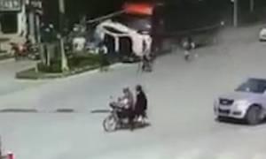 Σοκαριστική καραμπόλα: Φορτηγό σκόρπισε τον θάνατο στην Κίνα (video)